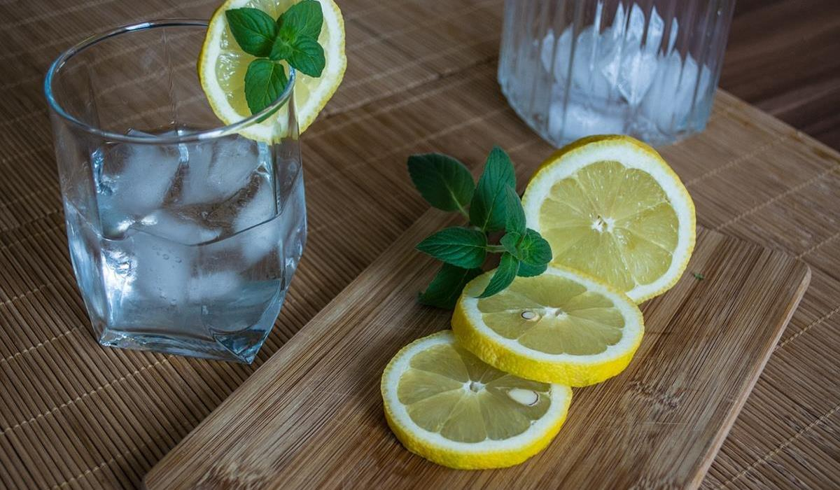 woda z lodem i cytryną